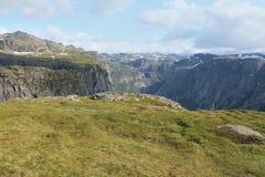 Um platô no primeiro plano e montanhas ajardina no fundo Fotografia de Stock