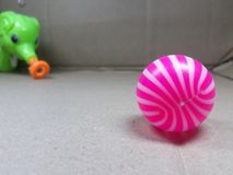 Um pnik e uma bola branca na superfície e no elefante verde brincam foto de stock