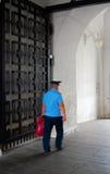 Um polícia anda no Kremlin de Moscou Local do património mundial do Unesco fotos de stock royalty free