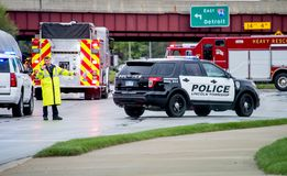 Um polícia dirige o tráfego após um acidente Foto de Stock