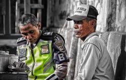 Um polícia perto de um comerciante fotografia de stock
