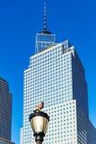 Um pombo em uma luz de rua com no fundo as construções do wintergarden em New York, Estados Unidos imagem de stock