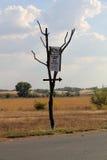 Um ponteiro ao trajeto na estrada Sinais e sinais Imagens de Stock