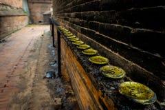 Um ponto de desaparecimento e suportes de velas nepaleses sujos da manteiga fotos de stock royalty free