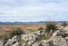Um ponto de vista no monte com o propósito dos campos e das montanhas perto do La Mancha de Consuegra Castilla Fotos de Stock Royalty Free
