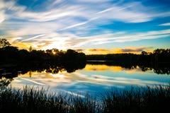 Um por do sol épico de Nova Inglaterra - melrose Massachusetts da lagoa da vara imagem de stock royalty free