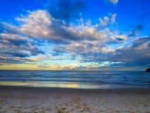 Um por do sol australiano sobre a praia de Bondi fotos de stock