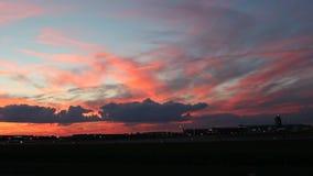 Um por do sol bonito com nuvens coloridas video estoque
