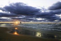 Um por do sol bonito do Lago Michigan Imagens de Stock Royalty Free
