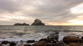 Um por do sol bonito na ilha de Es Vedra, Ibiza foto de stock royalty free