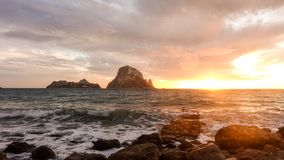 Um por do sol bonito na ilha de Es Vedra, Ibiza fotos de stock