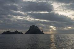 Um por do sol bonito na ilha de Es Vedra, Ibiza imagem de stock royalty free