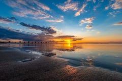 Um por do sol bonito na praia em Miedzyzdroje fotografia de stock