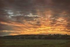 Um por do sol bonito original em um vale montanhoso fotografia de stock