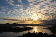 Um por do sol bonito que olha sobre Mangonui fotografia de stock royalty free
