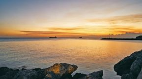 Um por do sol bonito sobre a calma molha perto do porto franco no Bahamas Imagem de Stock Royalty Free