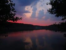 um por do sol bonito do verão na costa do lago foto de stock