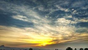 Um por do sol brilhante com uma boa vista imagens de stock royalty free