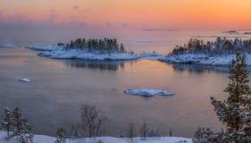 Um por do sol colorido no lago ladoga na geada imagem de stock royalty free