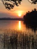 Um por do sol colorido sobre um lago calmo Foto de Stock Royalty Free