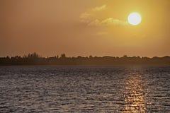 Um por do sol dourado nas chaves de Florida Imagens de Stock Royalty Free