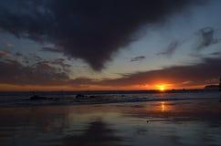 Um por do sol impressionante pelo oceano Imagem de Stock Royalty Free
