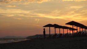 Um por do sol sonhador na costa de uma ilha tropical - vídeo do timelapse video estoque