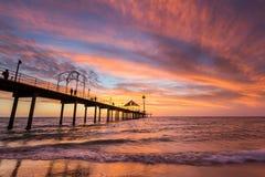 Um por do sol vibrante em Brighton Jetty em Brigghton, Adelaide, sul imagens de stock royalty free