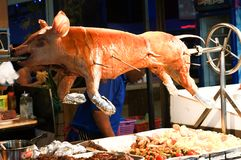 Um porco inteiro que está sendo roasted fotos de stock