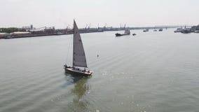 Um porto do veleiro com um grande número barcos de navigação Porto da navigação aéreo Imagens de Stock