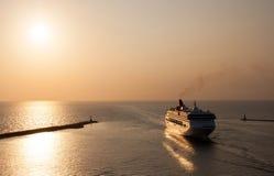 Um porto entrando do navio de passageiro do forro de oceano fotografia de stock