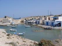 Um porto pequeno dos pescadores a Milos Island em Grécia Fotos de Stock