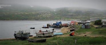 Um porto pequeno velho no mar de Barents foto de stock