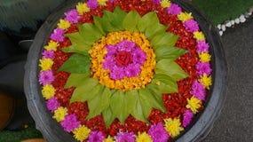 Um potenciômetro bonito das flores para os povos e o deus os mais impressionantes imagens de stock