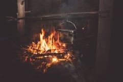 Um potenciômetro da água a ferver no fogo na floresta foto de stock royalty free