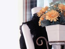 Um potenciômetro de flor artificial amarelo é colocado na tabela no núcleo Imagens de Stock