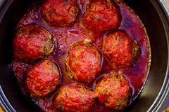 Um potenciômetro de meatballs quentes picantes Fotografia de Stock Royalty Free