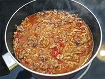 Um potenciômetro cozinhando da goulash Foto de Stock Royalty Free