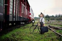 Um pouco quatro anos de menino triste idoso que espera o trem foto de stock royalty free