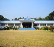 Um prédio da escola do jardim de infância com um campo de jogos na frente dele imagens de stock