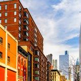 Um prédio de apartamentos do canto do brownstone em Manhattan, New York City imagem de stock