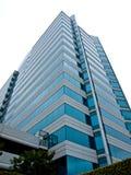 Um prédio de escritórios do Highrise Fotos de Stock Royalty Free