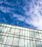 Um prédio de escritórios moderno do estilo com céu azul e nuvem no fundo Imagem de Stock Royalty Free