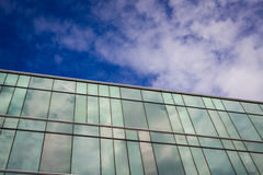 Um prédio de escritórios moderno do estilo com céu azul e nuvem no fundo Fotos de Stock