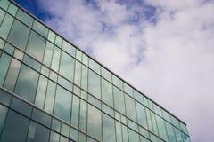 Um prédio de escritórios moderno do estilo com céu azul e nuvem no fundo foto de stock