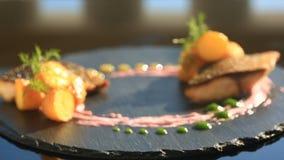 Um prato da culinária haute Close-up Peixes com batatas novas mullet Com um vidro do vinho branco Restaurante de Primorsik vídeos de arquivo