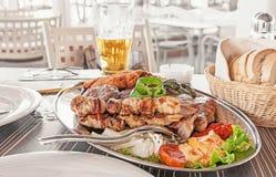 Um prato de carnes diferentes - carne, carne de porco, galinha, Turquia e vegetais grelhados imagem de stock