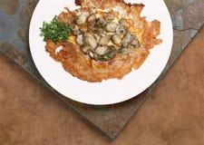 Um prato de Fried Mussel Pancake na tabela foto de stock royalty free