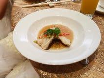 Um prato de peixes cozinhados fotos de stock