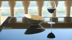 Um prato de um restaurante gourmet Close-up Carne de porco com vegetais e um vidro do vinho tinto Restaurante do beira-mar vídeos de arquivo